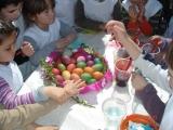 Деца рисуват яйца за деца